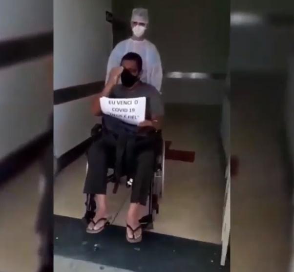 Paciente recebe alta após 15 dias de internação por Covid-19